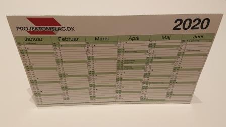 Kalender med 6 måneder på 2 sider i et tilpasset mål 27 x 17,5 cm